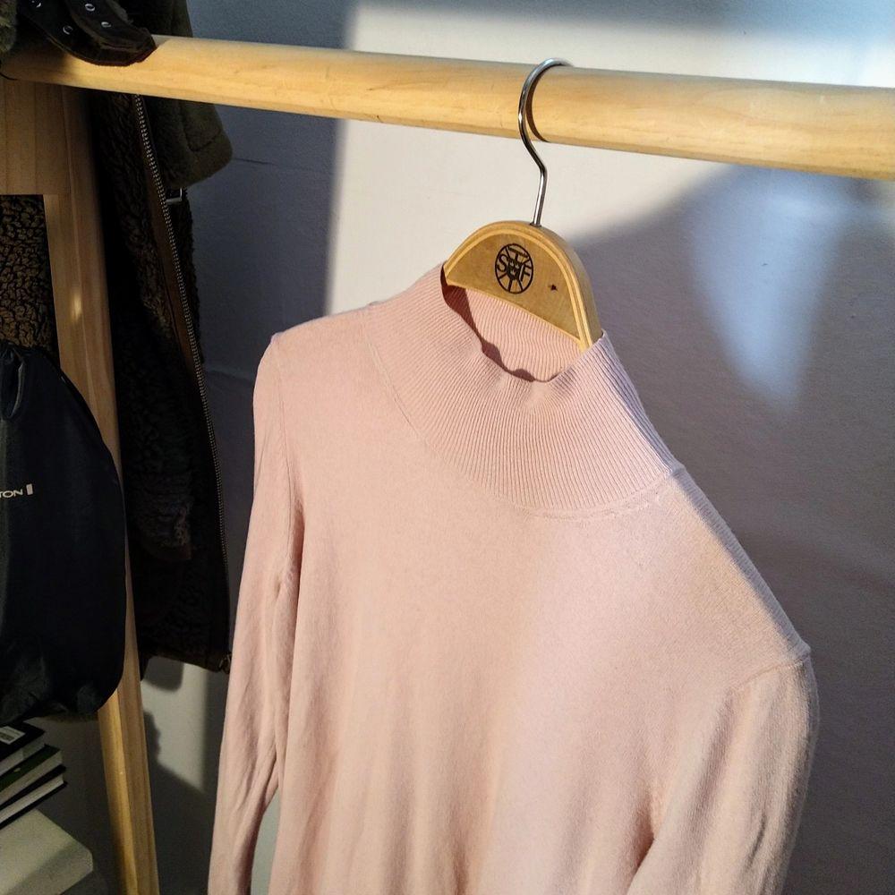 Säljer denna jättefina rosa halvpolo från Tommy Hilfiger! fick den i present och den kostade 700 kr från början, knappt använd! Superfin att han innanför byxorna. Tröjor & Koftor.