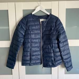 """Säljer en marinblå dunjacka från märket """" streetone"""" i storlek 38. Knappt använd!"""