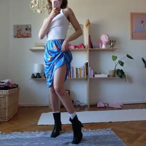 Världens finaste kjol! Blå med fjärilar 🦋 Glansigt tyg i nylon. Markerad storlek S-M-L, sitter löst på mig men skulle vara lika fin tight! Jättefin kvalitet! Kan mötas upp vid stigbergstorget/gbg eller så tillkommer 22kr frakt.