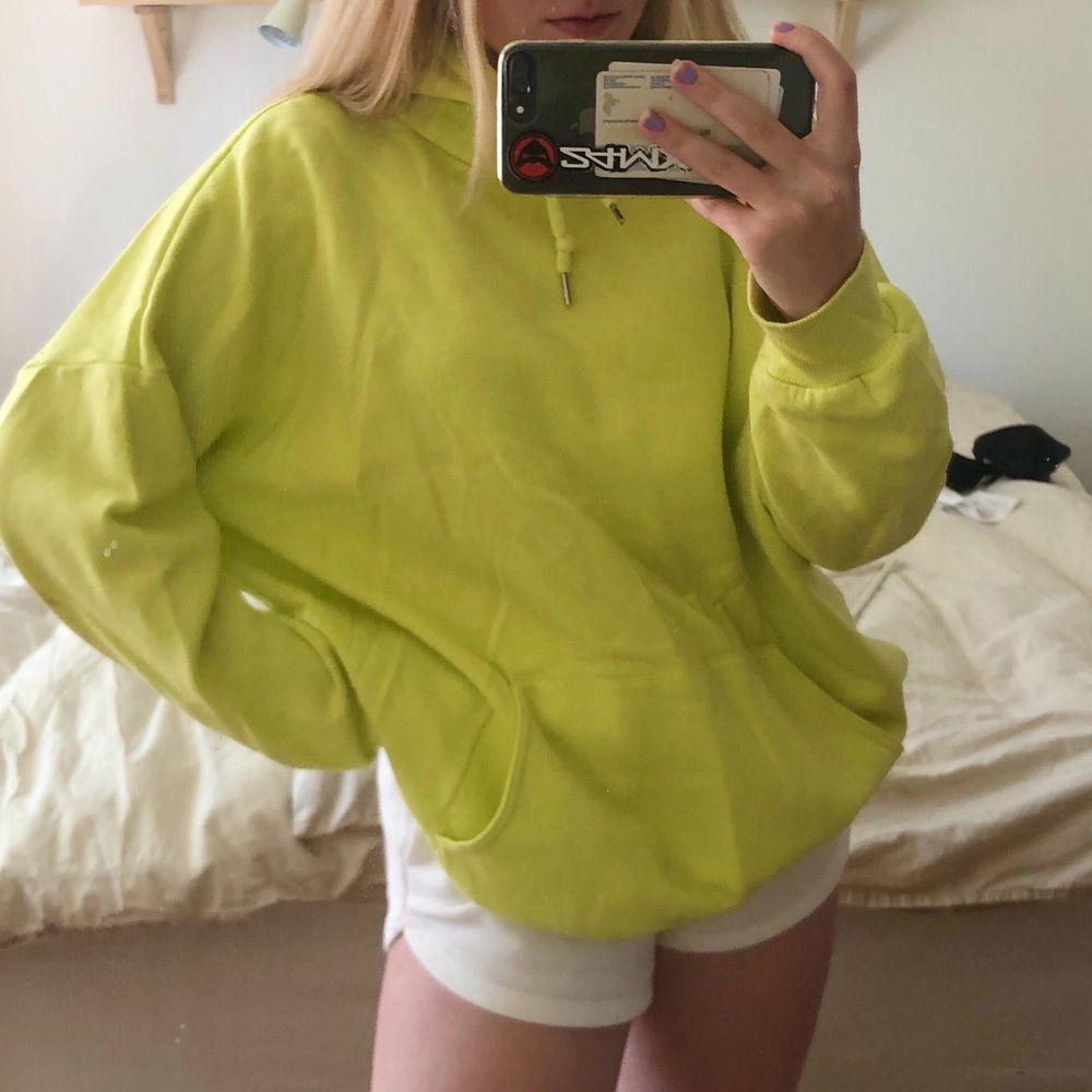 Säljer nu denna läckra gul/gröna oversized hoodie från monki. Har ägt den i ca 1 år men den har mest legat och dammat i gaderoben så nu är det dags att göra sig av med den😊. Toppar.