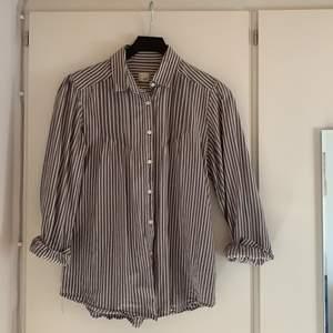 Jättefin gråvit randig skjorta som säljs på grund av den inte riktigt används av mig. Skicka för fler bilder. Storlek M.