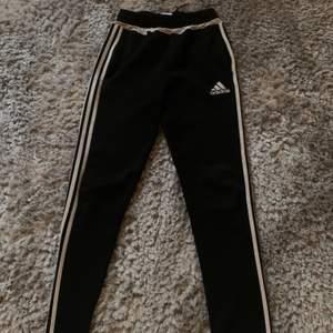 Adidas byxor i storlek XS. Byxora är bra för mig i längden som är 1,67 cm men passar om man är något längre eller kortare än mig. Frakt tillkommer.