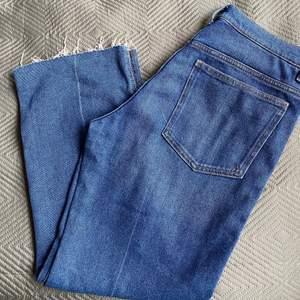 Mom jeans i ankel längd från hm, aldrig använda. Köpare står för frakt eller möts i Malmö 🥰