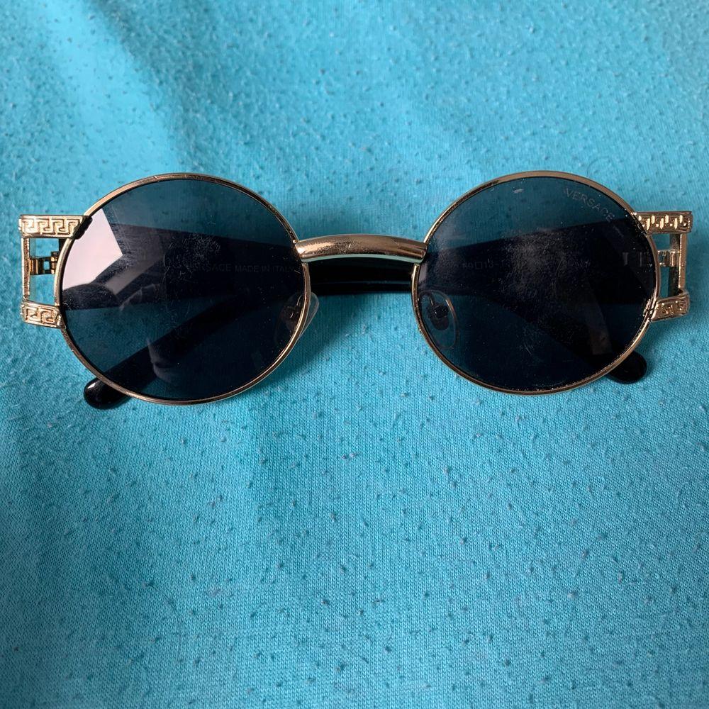 Säljer ett par versace solglasögon! Kom med bäst bud så utgår jag från de.. Accessoarer.