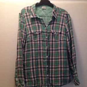 Oanvänd ärtgrön-rutig skjorta från Esprit. Strl. 40.