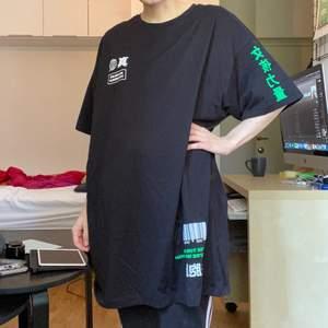 Oversize t-shirt från en collab mellan Ribecka, Lisa Anckarman & Madlady. Använd enstaka gånger. Storlek M, obs, jag har normalt sett xs så denna är väldigt oversize på mig!