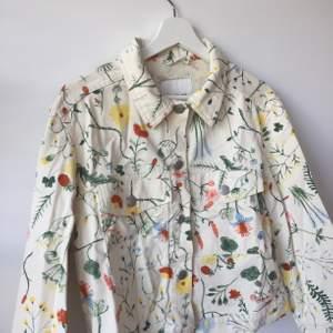 Blommig jeansjacka från Monki i strl S. Knappt använd. Nypris 400, säljer för 140 kr. Möts i Stockholm eller skickar för 63 kr.