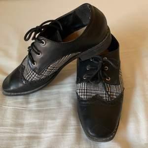 Snygga bekväma lätta skor att gå i både till vardags men även att gå bort i. Storlek 39.