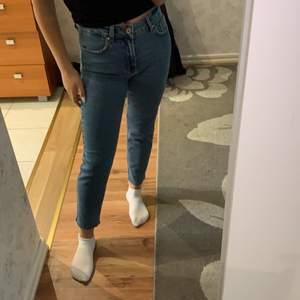 Jättefina high waisted straight jeans från Only. Köpt för 400kr endast provade men dem har inte kommit till användning sen jag köpte dem så har nu tröttnat på dem. Jeansen går till anklarna, kan gå ner i pris vid snabb affär