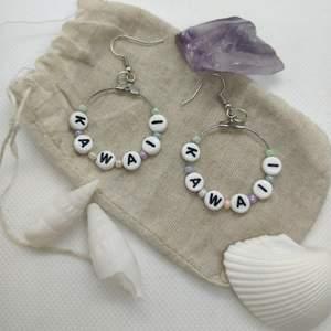 Handgjorda Kawaii-örhängen med glas- och bokstavspärlor. (๑♡⌓♡๑)