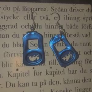 Säljer dessa unika & söta redbull örhängen:) 45kr+11kr frakt💗