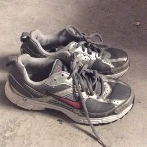 Ett par nike skor köpta här på Plick, säljer dom för dom är för små. Frakt tillkommer:)