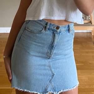"""Ljustvättad jeanskjol me igensydd """"zigzag"""" slits. Använder inte alls längre, jättefint skick❤️ skulle säga att den sitter som en S/M. 50kr+frakt"""