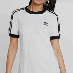 En jätte fin adidas t-shirt nästan aldrig använd pga inte min stil. Storlek 34 Väldigt bra skick Ffaktar