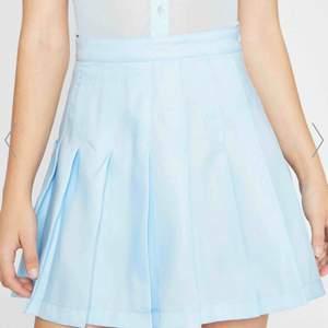Super snygg kjol från sugar thrillz Dollskill. Ny köpt med lapp o kvitto kvar. Det står XL men tror den passar M-L. Ny kostar typ 400 där av priset. Köparen står för frakten💕