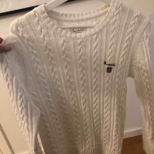Stickad bondelid tröja som legat oanvänd alldeles för länge och söker nu en ny garderob. Köparen står för frakt.