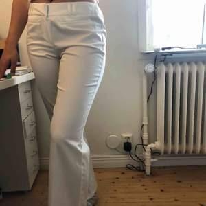 Vita kostymbyxor från Dorothy perkins. Frakt 59 kr