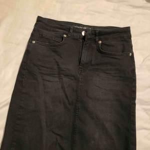 Knappt använd jeanskjol i storlek S. Formar jättefint och går till ovanför knäna på mig som är 170! Frakt tillkommer på 42kr!
