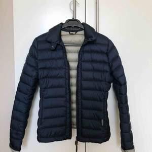 Mörkblå dunjacka från Woolrich, beige insida. Storlek M men sitter mer som en S. Så gott som ny, använd 2-3 gånger. Nypris 2995🌸 Köpare står för frakt, 59kr.