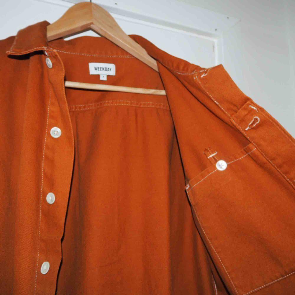 Tunn jacka i en brun/orange färg.  Använd ca 5 tillfällen.  I superbra skick! 🔥gott som ny.  Fungerar lika bra som jacka eller som skjorta.  Lite frakt tillkommer!  ❤️❤️❤️❤️❤️❤️❤️ . Jackor.