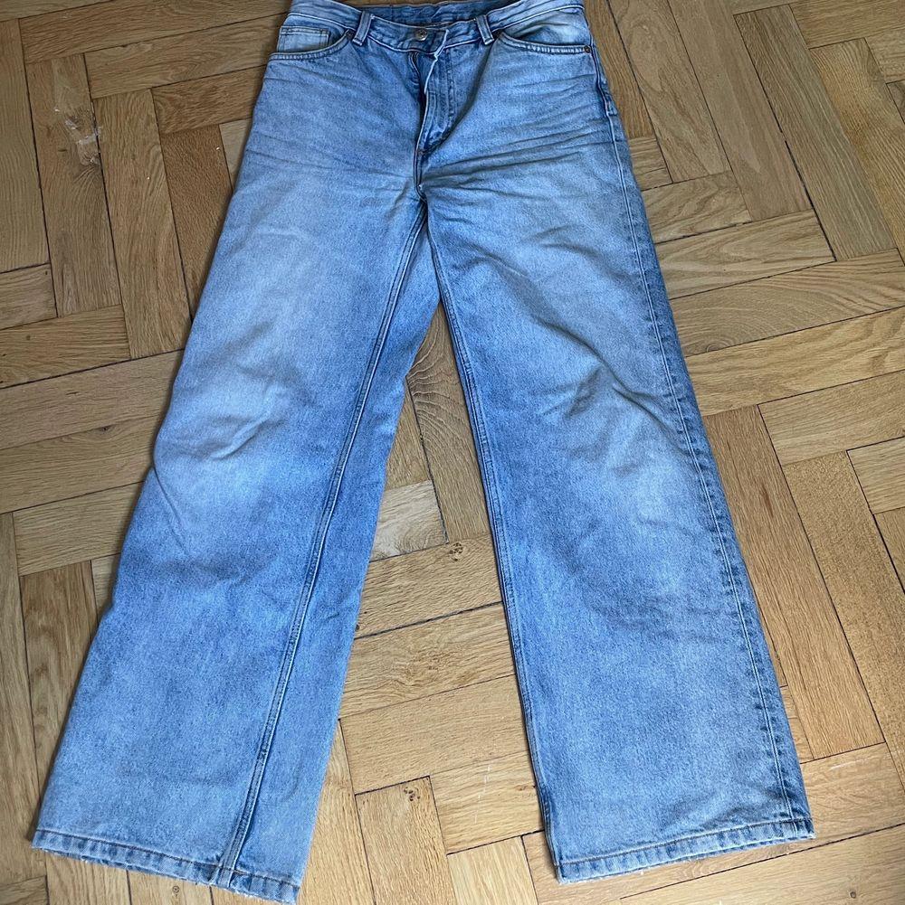Monki jeans i modellen Yoko. Super fina!!! Pris 150 kr + frakt. Storlek 29! OBS SÄLJER ÅT EN KOMPIS. Jeans & Byxor.