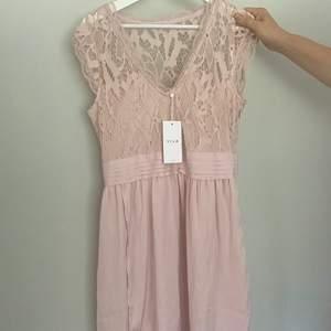 Säljer en klänning från vila som mamma har köpt men aldrig använt, prislappen är kvar. Klänningen är ungefär knälång (samma längd som de flesta klänningar är) nypriset är 549kr och klänningen går inte längre att få tag på i butik💖