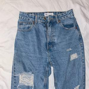 Zara momjeans som jag har rippat själv och även klippt längst ner för att de va lite långa. Jeansen är lite korta på mig som är 160 cm lång. Väldigt fina i övrigt.