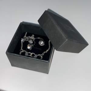 Supersnygga silverörhängen med diamanter(inte äkta) på. Äkta silver och aldrig använda men ändå har jag sköljt av dem ifall. Man får en halsband(gratis) till på köpet men är ej äkta silver och kan innehålla nickel.
