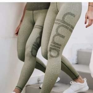 Jättesnygga gröna aim'n tights. Storlek S. Det är knappt använda, så dessa är i bra skick. Säljer pga att jag har för många tights.   Ordinarie pris-700kr Bilder är från hemsidan, kan skicka egna bilder om det önskas!🥰