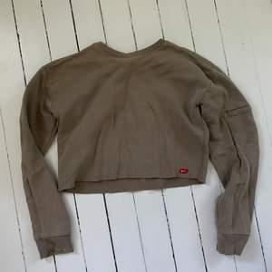 En brun croppad vintage nike sweatshirt