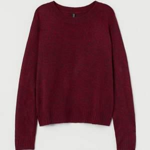 Säljer denna otroligt populära stickade tröjan från H&M för endast 30 kr. Tröjan är i väldigt bra skikt och är endast använd ett par få gånger. Den är INTE stickig utan otroligt skön att ha på sig. Denna tröja är perfekt för hösten, vintern och kalla vår dagar. Går att styla med ALLT. Säljer denna tröja eftersom den tyvärr inte längre kommer till någon användning och förtjänar en ny ägare. Denna vara säljs inte längre i H&M! (Om du har frågor eller vill ha fler bilder är det bara att kontakta mig, är ALLTID aktiv). ❤❤