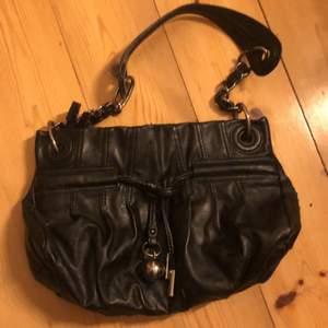 Äkta vintage axel väska från 90s-00s. Materialet läder. Finns ett mindre fack där man kan förvara pengar, mobil osv. Säljer för 90 + frakt. Budgivning om flera är interesserad❤️