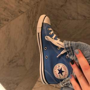 Blåa converse i storleken 36, bra skick