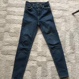 KARVE jeans i mörkblå färg, bra skick. Hög midja.