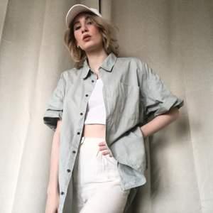🍒RAD DAD🍒 Svinfet pappa thriftad skjorta! Grymt bekväm och luftig, 100 % bomull och 100% fetaste sommarplagget i grå/mintfärg.typ det där perfekta thriftade skicket. Strl: herr XL? Svinsnygg uppkavlad med jeans. Frakt tillkommer. Puss o K❤️