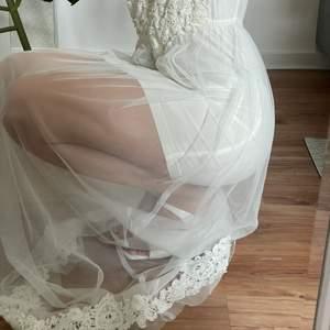Säljer världens finaste klänning till bal/skolavslutning/student. Den är använd 1 gång på min bal, men förtjänar nu en till fest ;) strl XS