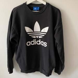 Säljer denna Adidas sweatshirten som är köpt på Adidas butiken för nåt år sen. Använd fåtal gånger därmed mycket bra skick! Bara att skriva vid frågor eller liknade. 250kr +frakt🤍