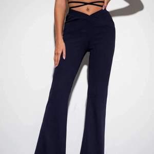 Säljer dessa skitsnygga byxor med knytdetalj som trendar nu. Byxorna är enbart testade och bara använda den enstaka gången. Jättebra kvalitet!🥰🥰