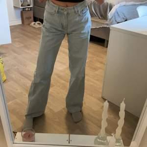 Skitsnygga jeans från junkyard som knappt är använda och i ett väldigt bra skick!💞💞 Jeansen går att dra in och ut i midjan för att få det att passa sin egna kroppstyp. 💖Säljer pga att det inte är min stil😊