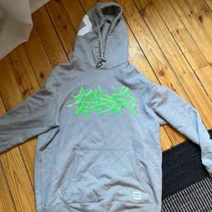Sadboys x converse hoodie size L finns i Stockholm men kan skickas mot frakt