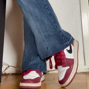 Air Jordans 1 low! Använder inte längre så tänkte sälja eller liksom se om någon skulle vara intresserad? Dem har bara lite defekter som man kan se på bild 2. Köpare står för frakten! Kan mötas upp i Sthlm 🔥