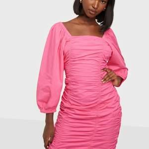 Säljer denna söta klänningen helt oanvänd då den inte passade. Den är stl XL men sitter som en M. Hade varit jättefin till skolavslutning eller bal! Priset är inkl frakt ❤️