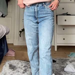 Ett par jeans från Monki i storlek S, 26. Ett par väldigt sköna jeans, men som nu blivit för liten för mig. Skulle rekommendera att köpa detta jeans om du har strl xs. Men annars är detta ett par jeans i bra kvalitet. Nypris: 600kr