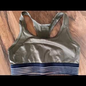 Sportbh från H&M, storlek S. Aldrig använd. Köparen står för frakten.