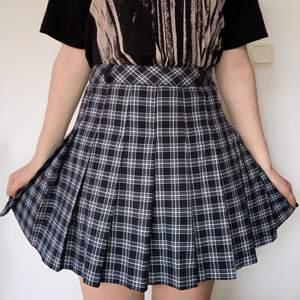 Snygg kjol i bra skick, med hylsor för skärp.