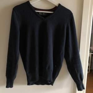 En vintage mörkblå pullover med V-neck. Köpt second hand men är i bra skick! Inga fläckar eller skavanker. Perfekt nu till sommaren 🥰