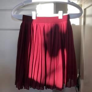 Söt vinröd kjol med pressveck i nyskick från nakd. Köptes förra sommaren men kom inte till användning av mig tyvärr ☺️