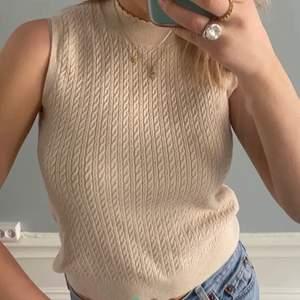 Säljer denna fina väst från Zara. Sitter superfint och funkar med en t-shirt under och även en skjorta om man vill❤️
