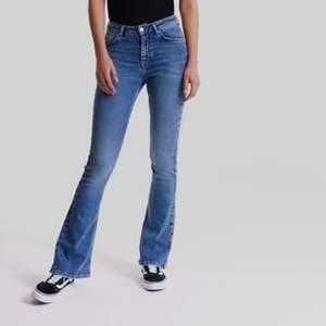 Bootcut jeans ifrån gina tricot jag tror de är midwaist (jag använder de som lågmidjade) Har byxorna i stl M och de passar mig som är en xs i vanliga fall. 150kr!