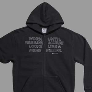 Säljer min hoodie, storlek medium, den är true to size så är man XS/S så blir den perfekt oversized. Köpare står för frakt